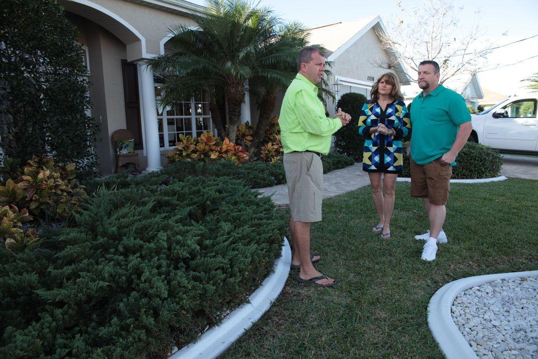 Immobilienmakler Jim Benson (l.) sucht nach dem perfekten Haus für die Bootliebhaber Cheryl (M.) und Rick (r.). Wird er fündig werden? - Bildquelle: 2014,HGTV/Scripps Networks, LLC. All Rights Reserved