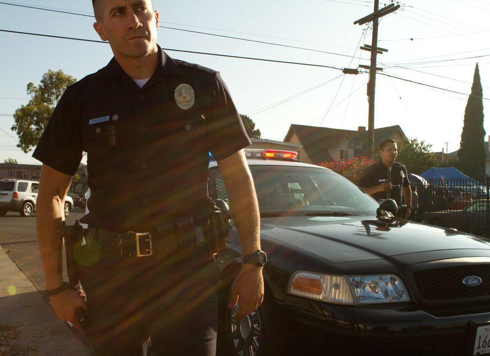 Bandenkriege, Drogendelikte und Schießereien gehören für Officer Brian Taylor (Jake Gyllenhaal, l.) und Officer Mike Zavala (Michael Pena, r.) zum A... - Bildquelle: Scott Garfield 2011 Sole Productions, LLC. All rights reserved.