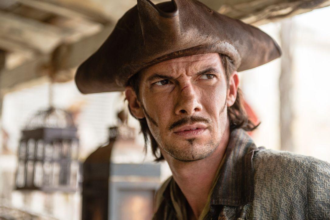 Rackham (Toby Schmitz) versucht, seinen Ruf wieder aufzubauen, denn er hat ein großes Ziel vor Augen: sein eigenes Schiff. - Bildquelle: 2015 Starz Entertainment LLC, All rights reserved.