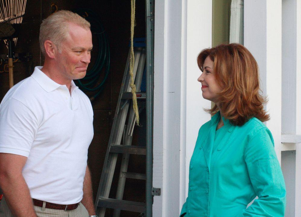 Gemeinsam mit Mrs. McCluskey macht sich Katherine (Dana Delany, r.) auf, um mehr über den neuen Nachbarn Dave (Neal McDonough, l.) herauszufinden ... - Bildquelle: ABC Studios