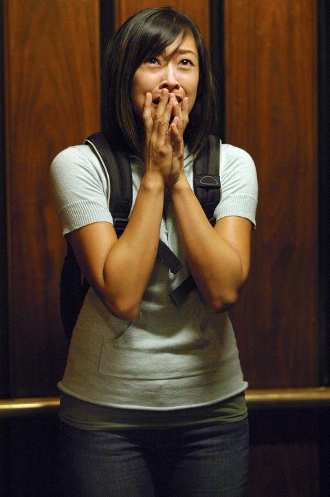 Plötzlich sieht Jenna (Camille Chen) etwas, das sie zu Tode erschreckt und sie ins Koma fallen lässt ... - Bildquelle: ABC Studios