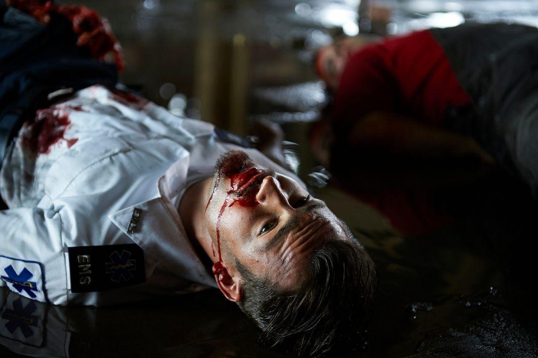 Bei einem Einsatz wird Luke (Tyler Hynes) sehr schwer verletzt ... - Bildquelle: 2012  Hope Zee One Inc.