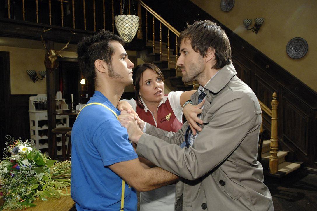 Georg (Peter Guenther, l.) geht Maik (Sebastian König, l.) grundlos an und Paloma (Maja Maneiro, M.) versucht zu schlichten ... - Bildquelle: Sat.1