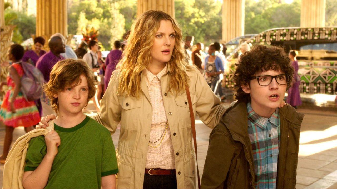 Wollen einen entspannten Urlaub in Afrika machen: Lauren (Drew Barrymore, M.) und ihre Söhne Tyler (Kyle Red Silverstein, l.) und Brendan (Braxton B... - Bildquelle: Warner Brothers