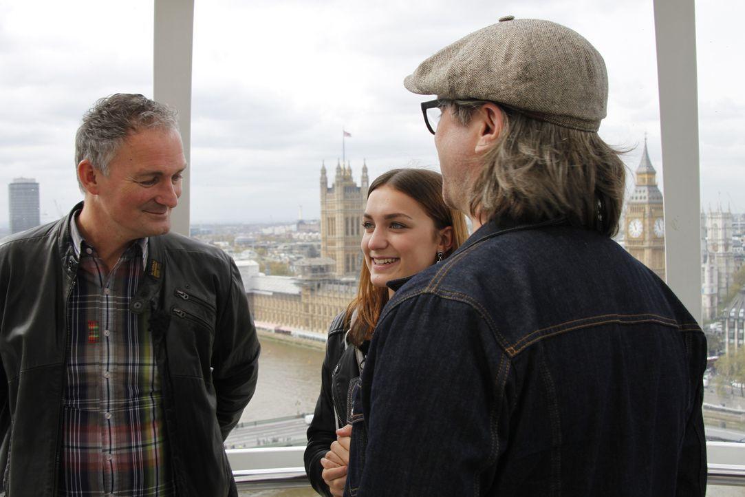 Noch ahnen Valerie (M.) und ihr Vater nicht, welche Überraschung Henning Wehland (r.) für sie in London bereithält ... - Bildquelle: SAT.1