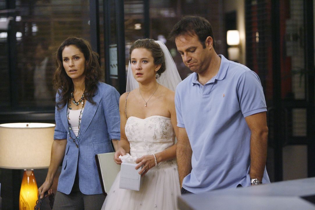 Violet (Amy Brenneman, l.) und Cooper (Paul Adelstein, r.) kümmern sich um die Braut Melissa (Hallee Hirsh, M.), die ein Geheimnis vor ihrem Ehemann... - Bildquelle: ABC Studios