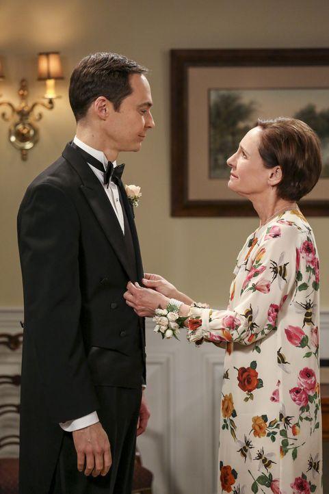 Sheldon (Jim Parsons, l.) freut sich, dass seine Mutter Mary (Laurie Metcalf, r.) tatsächlich zu seiner Hochzeit gekommen ist ... - Bildquelle: Warner Bros. Television