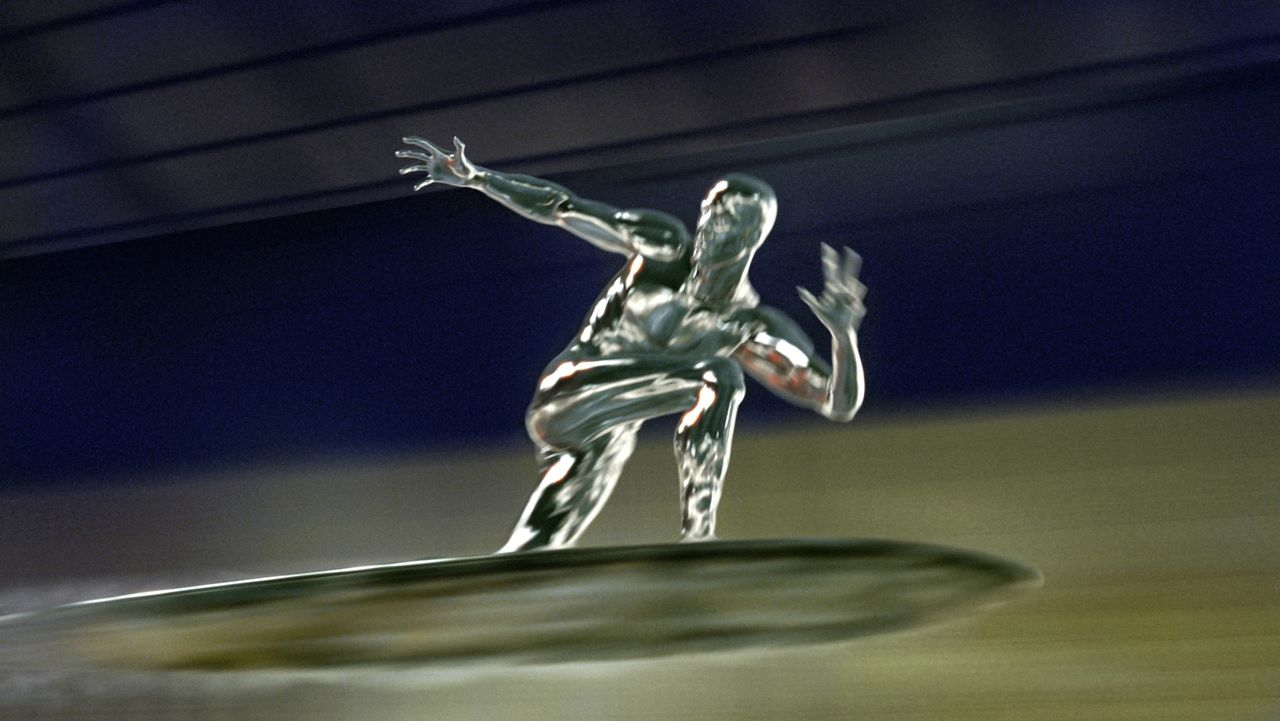 """Auf seinem Surfbrett sorgt der """"Silver Surfer"""" (Doug Jones) nicht nur für Aufsehen. Überall wo er auftaucht, richtet er gewaltigen Schaden an ... - Bildquelle: Twentieth Century Fox"""