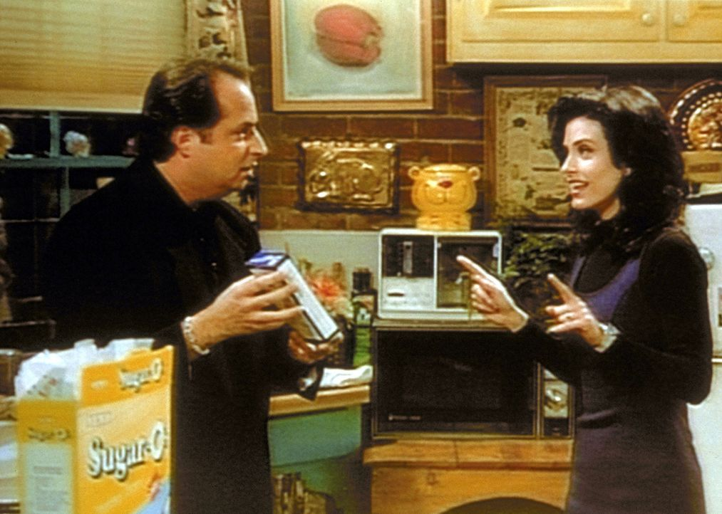 Steve (Jon Lovitz, l.) prüft Monicas (Courteney Cox, r.) Kochkünste, da er angeblich eine Chefköchin für sein neues Restaurant sucht. - Bildquelle: TM+  2000 WARNER BROS.