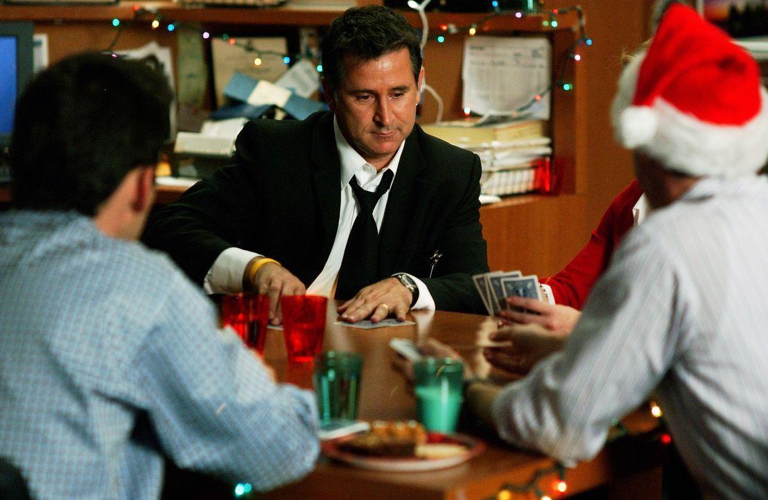 Jack (Anthony LaPaglia, M.) versucht sich mit Kartenspielen abzulenken ... - Bildquelle: Warner Bros. Entertainment Inc.