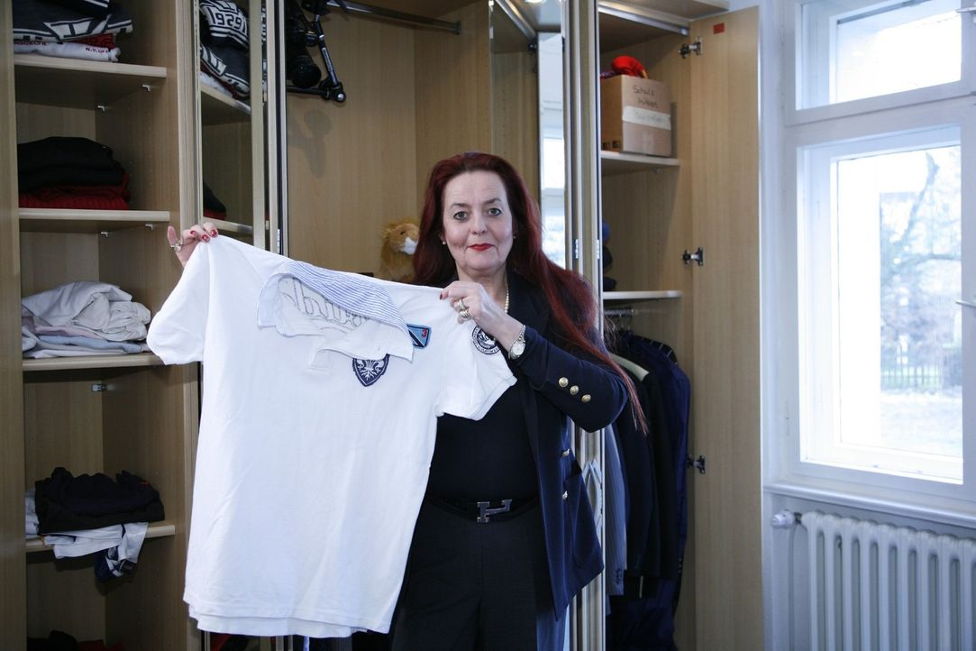 Martina sucht ein altes Kleidungsstück, welches sie mit den neuen Sachen zu einem passenden Outfit kombinieren kann. - Bildquelle: Sat.1