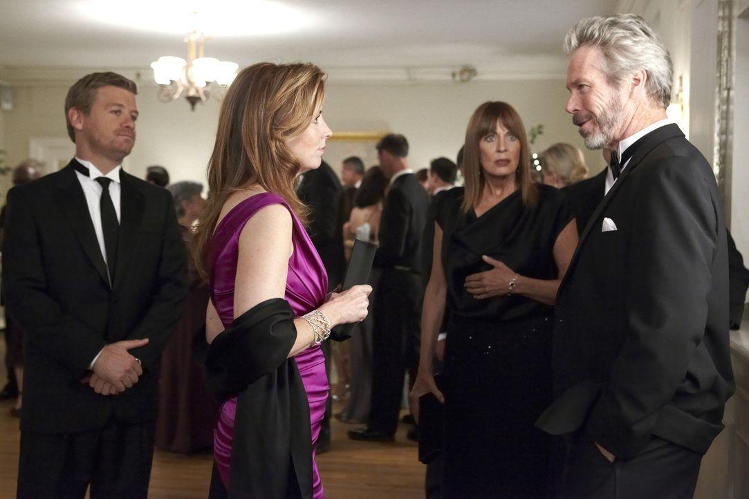 Megan (Dana Delany, 2.v.l.) und Peter (Nicholas Bishop, l.) ermitteln im Mordfall Daphne Zimmer in der bessern Gesellschaft. Während Megans Mutter (... - Bildquelle: ABC Studios