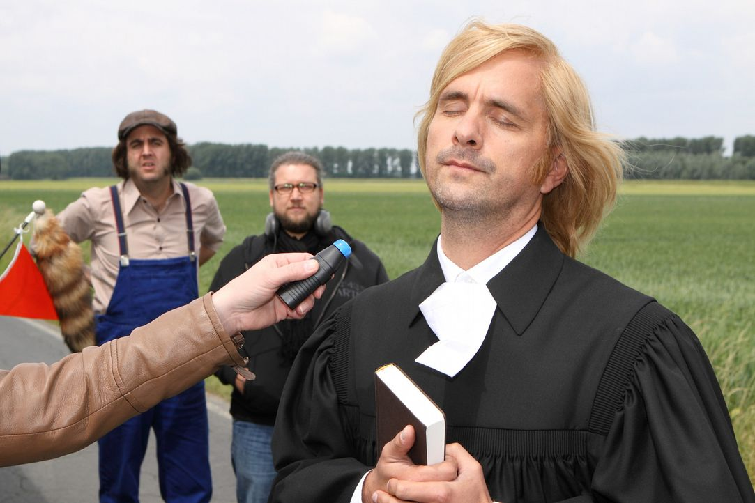 Während Christoph (Christoph Maria Herbst, r.) auf großen Filmstar macht, kämpft Bastian (Bastian Pastewka, l.) mit der Konzentration ... - Bildquelle: Sat.1