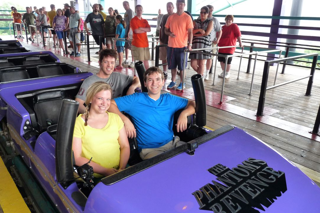 """Gemeinsam mit den beiden Freizeitpark-Fans Jenna (vorne l.) und Chase (vorne r.) testet J.D. Scott (hinten sitzend) die bekannte Achterbahn """"Phantom... - Bildquelle: 2014, GAC/Scripps Networks, LLC. All Rights Reserved."""