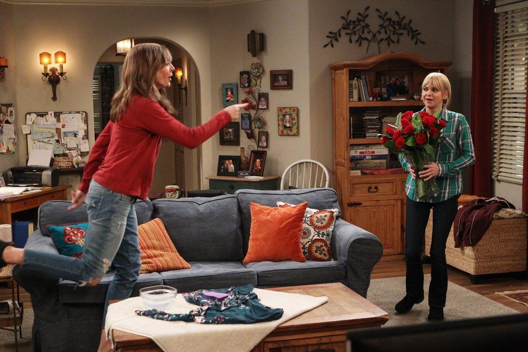 Das einzig Gute daran, dass Candace nun ein Teil von Bonnie (Allison Janney, l.) und Christys Leben ist, ist, dass Christy so Candace charmanten und... - Bildquelle: 2015 Warner Bros. Entertainment, Inc.