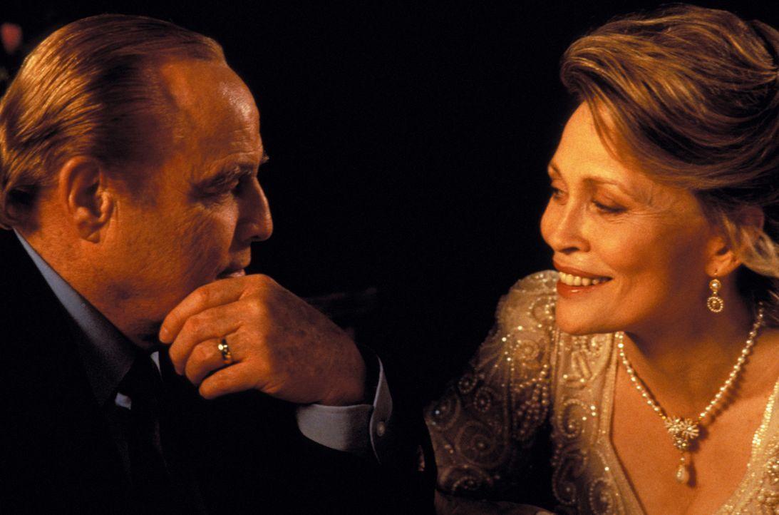Die Liebe ist wieder erwacht: Nach Jahren, in denen ihre Ehe jeglichen Glanz verloren hat, genießen Jack (Marlon Brando, l.) und Marilyn (Faye Duna... - Bildquelle: Warner Bros.
