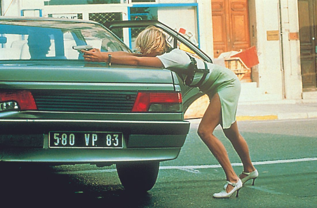 Als ob es nicht genug wäre, dass er auf dem Polizeirevier von einem Fettnäpfchen ins andere tritt, will die attraktive deutsche Kommissarin Petra (E... - Bildquelle: Tobis Film