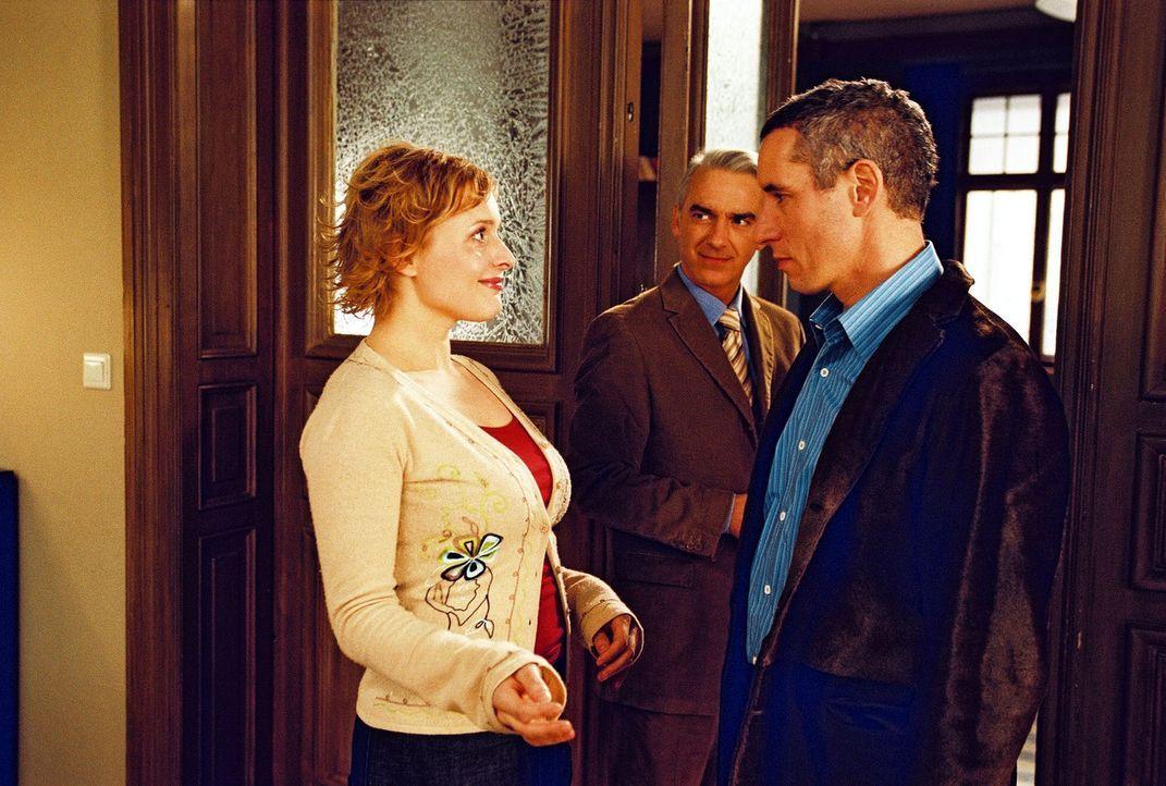 "Biene (Isabel Tuengerthal, l.) ist sich sicher, Felix' (Christoph M. Ohrt, M.) neuen Mandanten, den ""Schauspieler"" Andreas Maurer (Ralph Herforth, r... - Bildquelle: Hardy Spitz Sat.1"