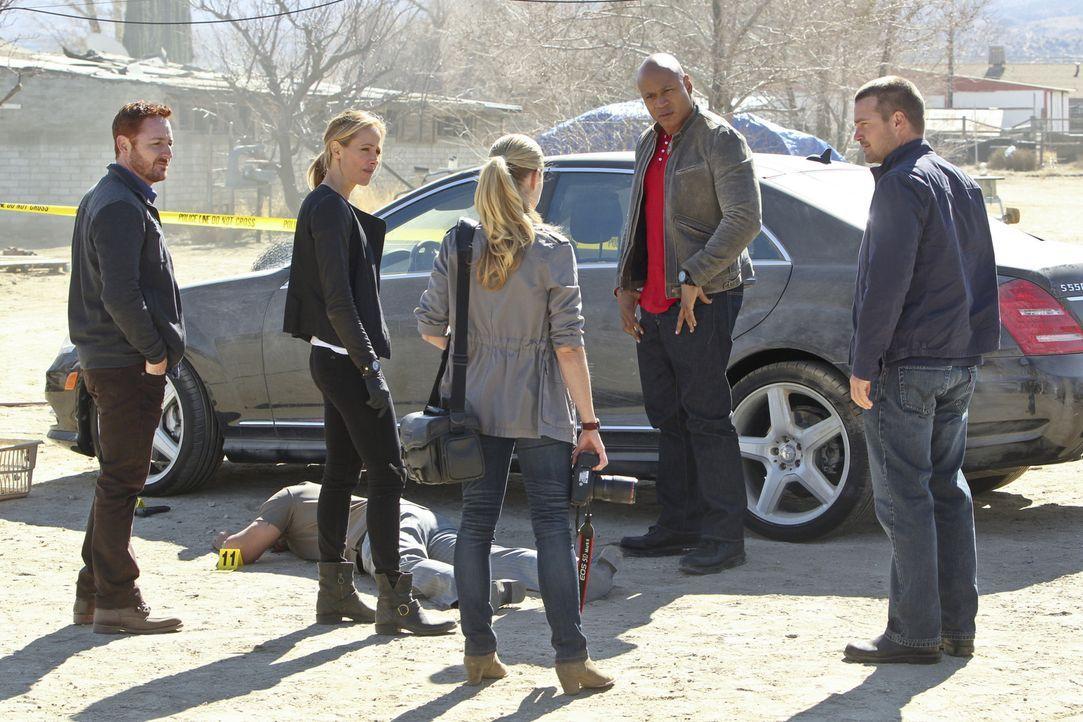 Versuchen gemeinsam, einen Fall zu lösen: (v.l.n.r.) Dave (Scott Grimes), Paris (Kim Raver), Claire (Gillian Alexy), Sam (LL Cool J) und Callen (Chr... - Bildquelle: CBS Studios Inc. All Rights Reserved.