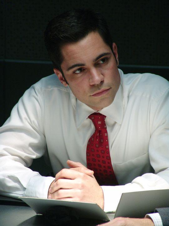 Det. Scott Valens (Danny Pino) versucht zu verbergen, dass er eine Affäre mit Rushs Schwester Christina begonnen hat. - Bildquelle: Warner Bros. Television