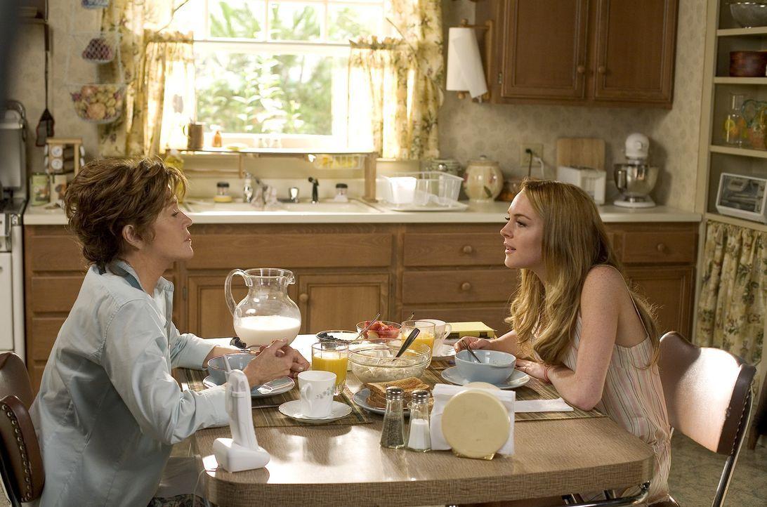 Bei ihrer Großmutter Georgia (Jane Fonda, l.) soll der aufständische Teenager Rachel (Lindsay Lohan, r.) lernen, Regeln einzuhalten und sich anzupas... - Bildquelle: Morgan Creek International