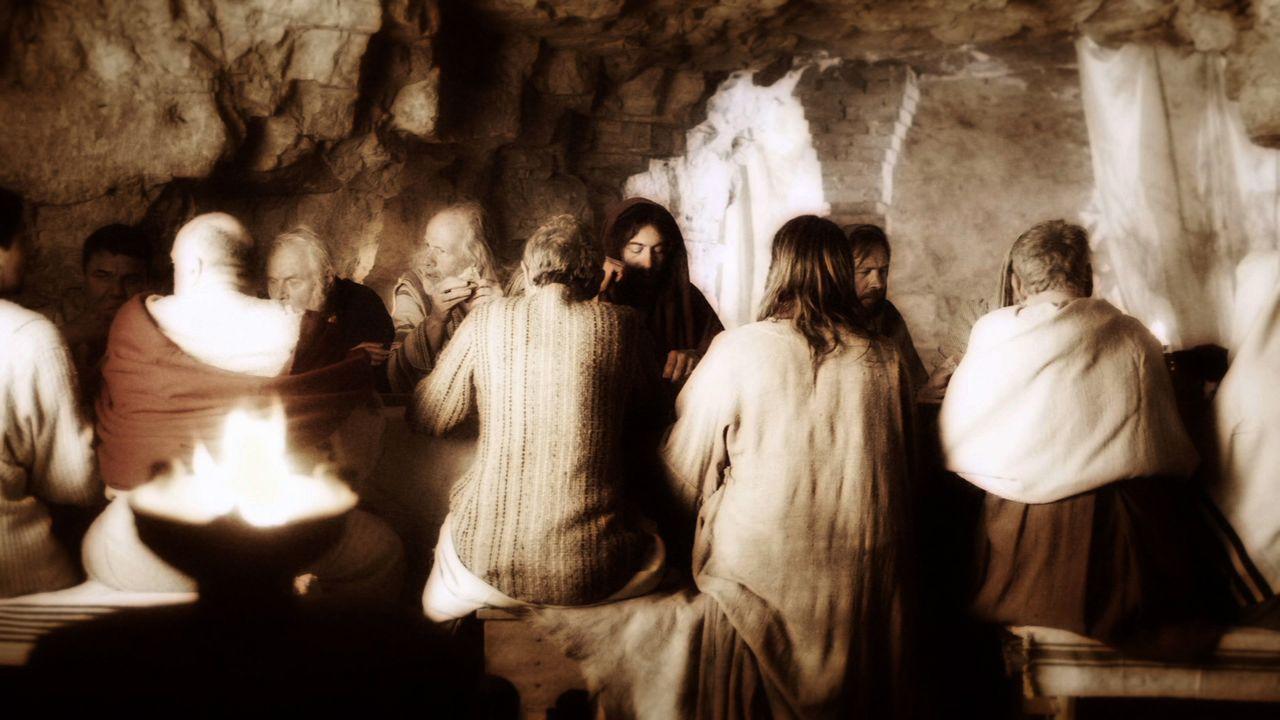 Jesus beim letzten Abendmahl: Ist sein Kelch der heilige Gral, nach dem alle bis heute suchen? - Bildquelle: LIKE A SHOT ENTERTAINMENT 2014Wird nachgeliefert