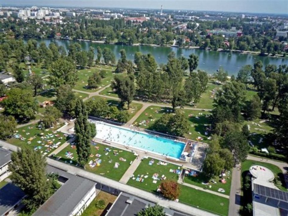 2.000 Quadratmeter Poolanlagen, drei Naturbadestrände und 226 Duschen: Mitten in Wien erstreckt sich auf 300.000 Quadratmetern das Strandbad Gänse... - Bildquelle: kabel eins