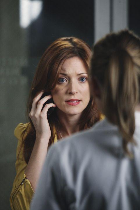 Lexie holt sich bei Meredith die Einwilligung, Mitch, einen Patienten mit Kopfschmerzen, zu entlassen, dessen Freundin Gia (Elizabeth Bogush, l.) si... - Bildquelle: ABC Studios