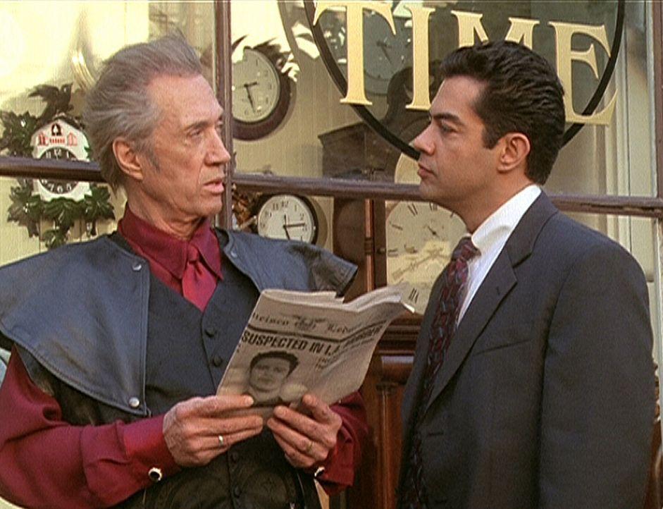 Tempus (David Carradine, l.) instruiert seinen Handlanger Rodriguez (Carlos Gomez, r.): Er soll die drei Schwestern töten. - Bildquelle: Paramount Pictures