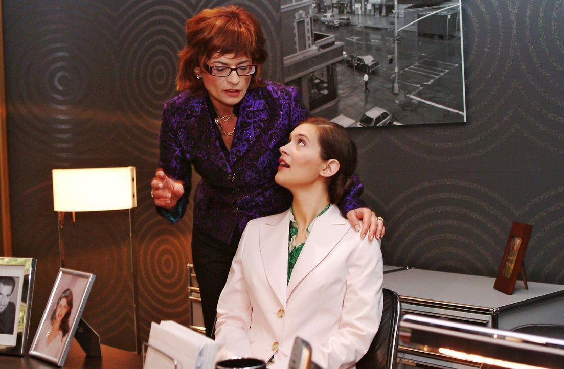 Sophie (Gabrielle Scharnitzky, l.) bereitet mit Angelina Martens (Nora Düding, r.) die Ablösung von Hugo vor. - Bildquelle: Monika Schürle Sat.1