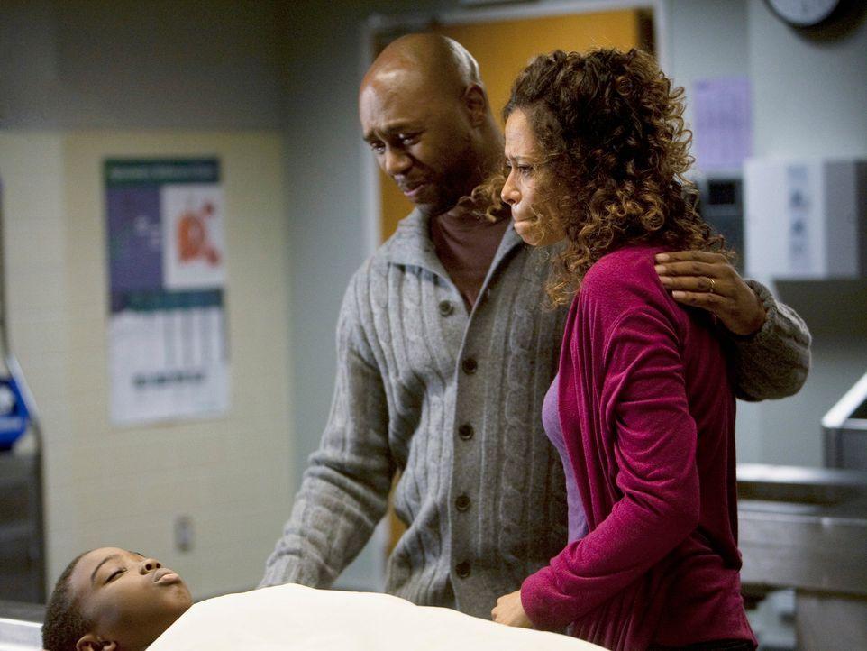 Ein schrecklicher Tag: Mr. (Derek Webster, M.) und Mrs. Anderson (Erica Gimpel, r.) müssen von ihrem geliebten Sohn Wallace (Khamani Griffin, l.) Ab... - Bildquelle: Touchstone Television