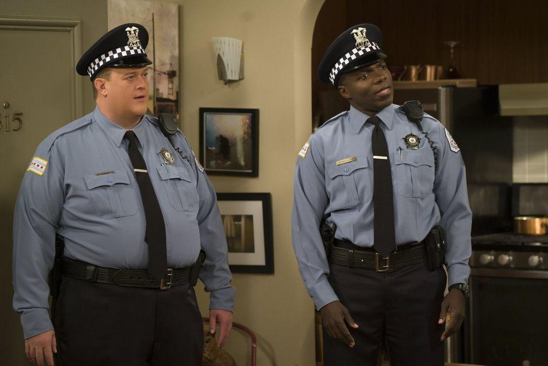 Als Mike (Billy Gardell, l.) und Carl (Reno Wilson, r.) in der Wohnung zweier verhafteter Frauen einen Hund finden, beschließt Mike, ihn mit nach Ha... - Bildquelle: Warner Brothers
