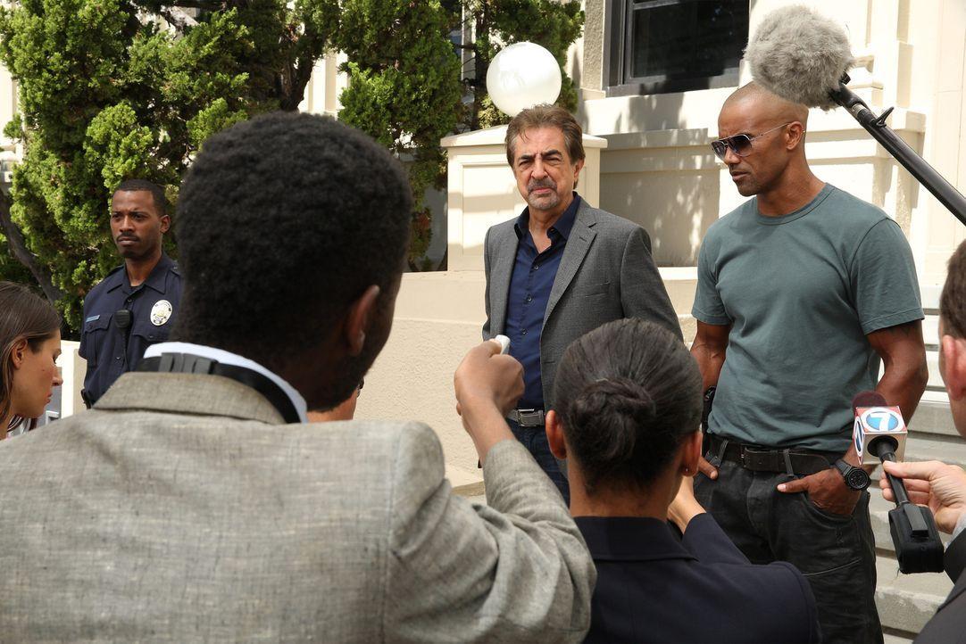 Geben alles, um einen neuen Fall aufzuklären: Derek (Shemar Moore, r.) und Rossi (Joe Mantegna, 3.v.r.) ... - Bildquelle: Cliff Lipson ABC Studios