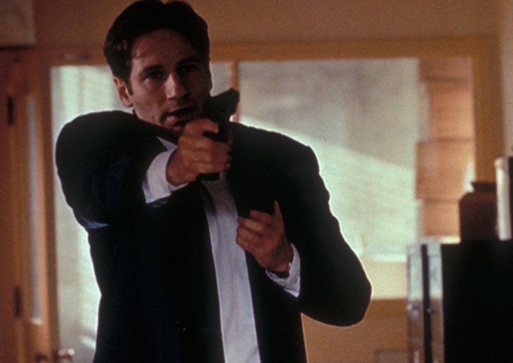 Fox Mulder (David Duchovny) zielt auf einen Schwerverbrecher, der jedoch unter merkwürdigen Umständen entflieht. - Bildquelle: TM +   2000 Twentieth Century Fox Film Corporation. All Rights Reserved.