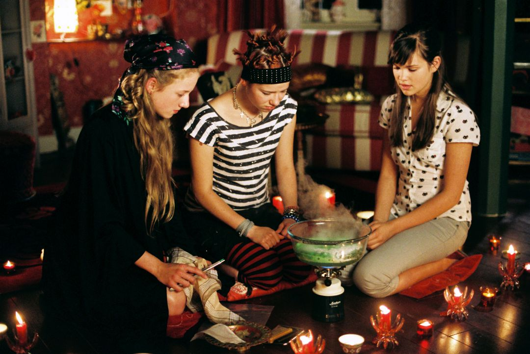 Freche Mädchen: Mila (Emilia Schüle, r.), Kati (Henriette Nagel, l.) und Hanna (Selina Shirin Müller, M.) haben es nicht leicht. Die Tatsache, dass... - Bildquelle: Constantin Film