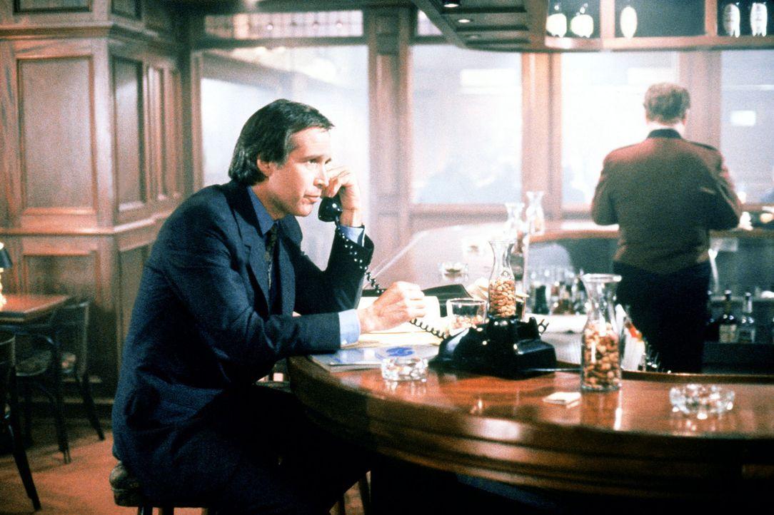 Nick Halloway (Chevy Chase) muss feststellen, dass das Unsichtbarsein nicht nur Vorteile bietet ... - Bildquelle: Warner Bros.