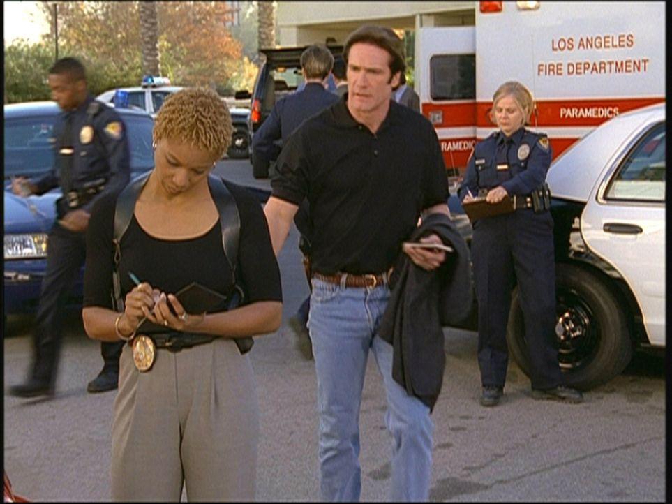 Die Polizistin Cheryl (Monique Edwards, l.) verpasst ihrem Kollegen Steve (Barry Van Dyke, r.) einen Strafzettel. - Bildquelle: Viacom