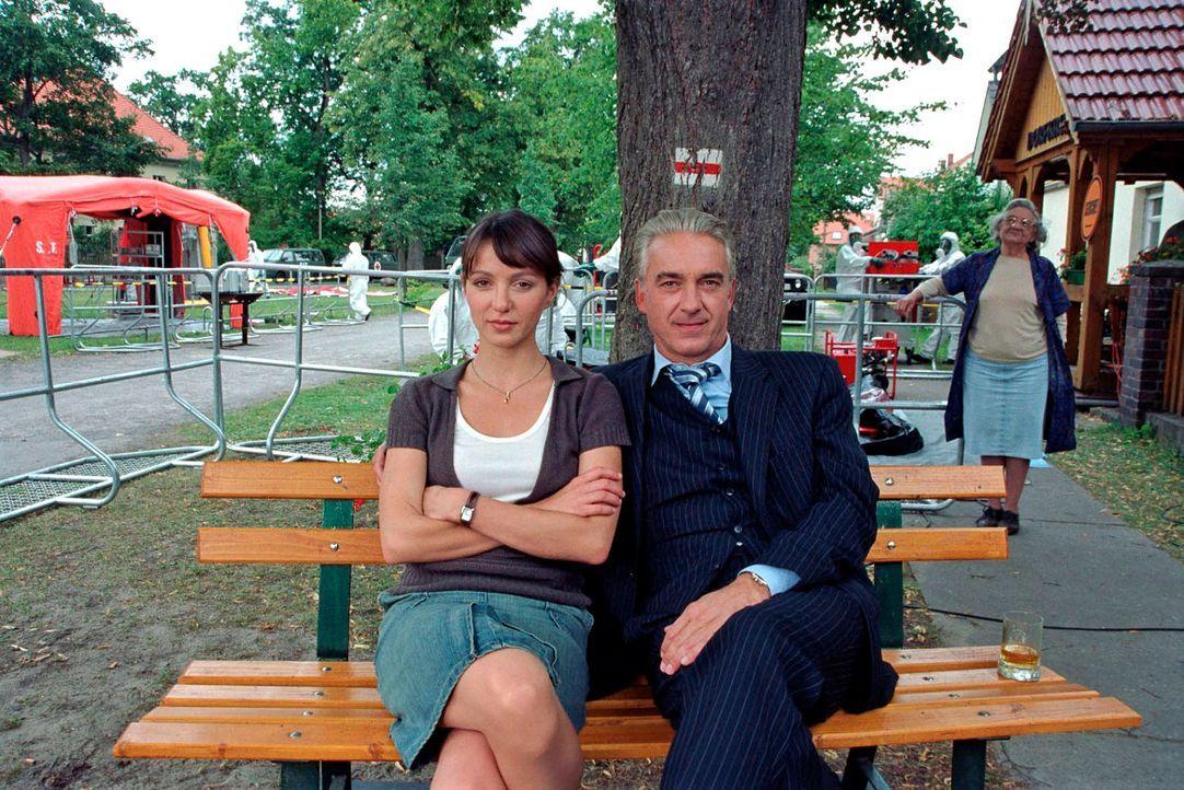 Die fünftägige Quarantäne hinterlässt Spuren bei Johannes (Christoph M. Ohrt, r.) und Barbara (Julia Koschitz, l.). - Bildquelle: Hardy Spitz Sat.1