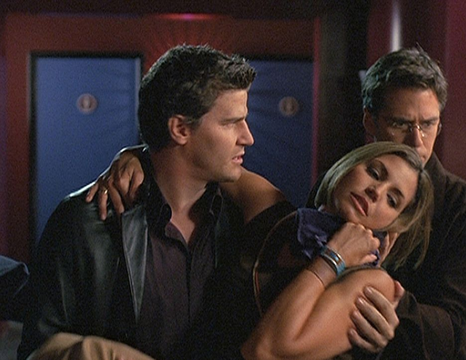 Angel (David Boreanaz, l.) und Wesley (Alexis Denisof, r.) bringen die verletzte Cordelia (Charisma Carpenter, M.) in Sicherheit ... - Bildquelle: 20th Century Fox. All Rights Reserved.