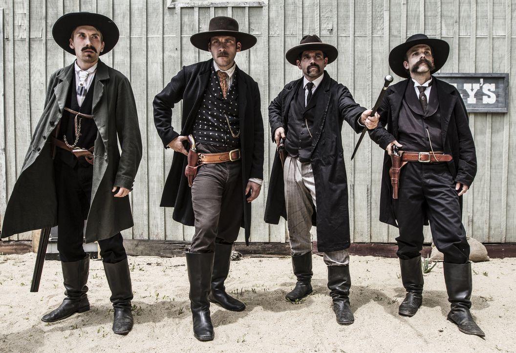 """Die Earps und Doc Holliday liefern sich mit """"The Cowboys"""" einen spektakulären Schusswechsel in den Straßen von Tombstone, Arizona. - Bildquelle: 2015 REELZCHANNEL, LLC.  All Rights Reserved."""