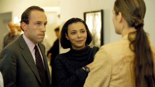 Stockinger (Karl Markovics, l.) stellt seine Frau Karin (Anja Schiller, r.) s...