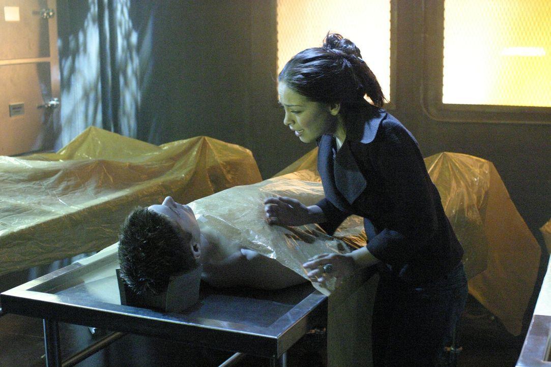 Als Lanas (Kristin Kreuk, r.) Freund Jason (Jensen Ackles, l.) plötzlich in tiefe Ohnmacht fällt und mit alarmierenden Symptomen ins Krankenhaus ein... - Bildquelle: Warner Bros.