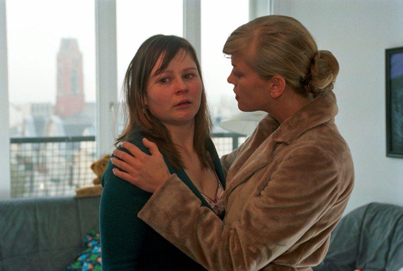 Clarissa (Cecilia Kunz, r.) versucht zu verhindern, dass der verzweifelten Mutter (Anett Heilfort, l.) das Kind vom Jugendamt weggenommen wird.