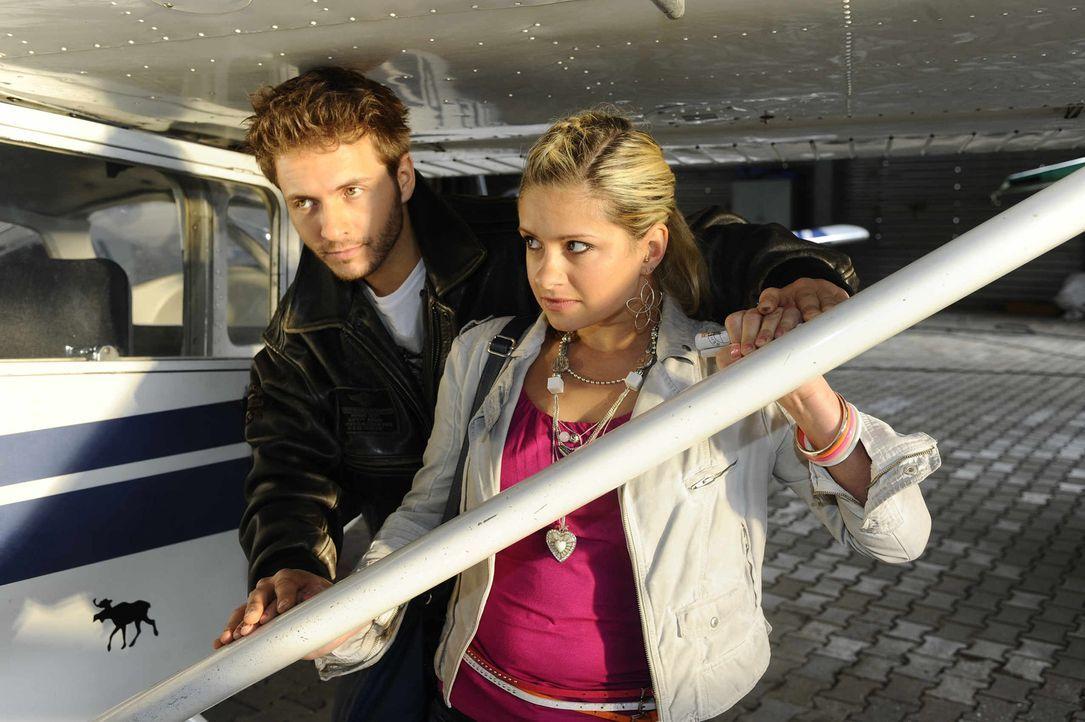 Kommen sich Mia (Josephine Schmidt, r.) und Enrique (Jacob Weigert, l.) näher? - Bildquelle: SAT.1