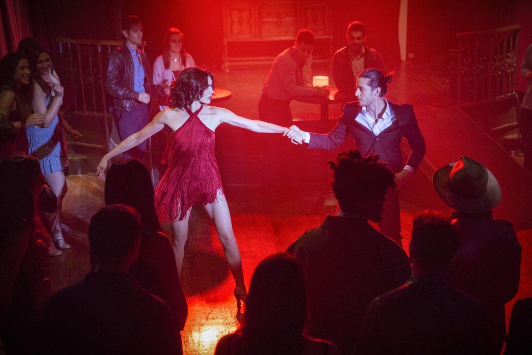 Während Kensi (Daniela Ruah, M.l.) als Tänzerin im Club von Perez (George Akram, M.r.) undercover arbeiten muss, versucht sich Deeks als Toiletten-M... - Bildquelle: Erik Voake 2017 CBS Broadcasting, Inc. All Rights Reserved.
