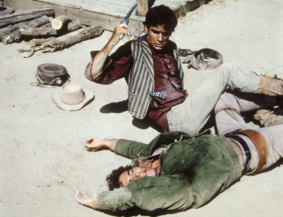 Um Charlie (Tony Bill, r.) davon abzubringen, Ben zu ermorden, versucht Little Joe (Michael Landon, l.) unter einem anderen Namen, dessen Freundscha... - Bildquelle: Paramount Pictures