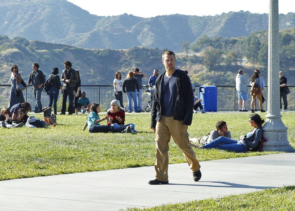 Callen (Chris O'Donnell, vorne) wird von dem Informationshändler Keelson angerufen, der über seine wahre Identität und seine Vergangenheit mehr weiß... - Bildquelle: CBS Studios Inc. All Rights Reserved.