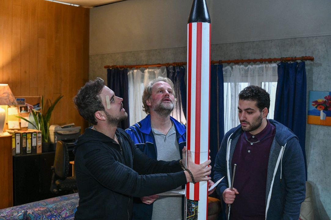 (v.l.n.r.) Rocko Schwarz (Marc Barthel); Mike Neumann (Mirco Reseg); Birol (Walid Al-Atiyat) - Bildquelle: Oliver Ziebe SAT.1/ Oliver Ziebe