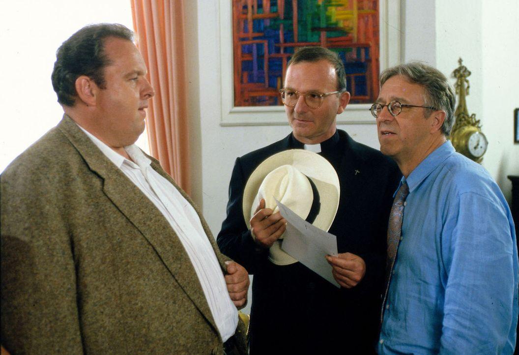 Benno (Ottfried Fischer, l.) befragt Prälat Hinter (Michael Lerchenberg, M.) und Rambold (Gerd Anthoff, r.) zu dem ermordeten Brunner. - Bildquelle: Magdalena Mate Sat.1
