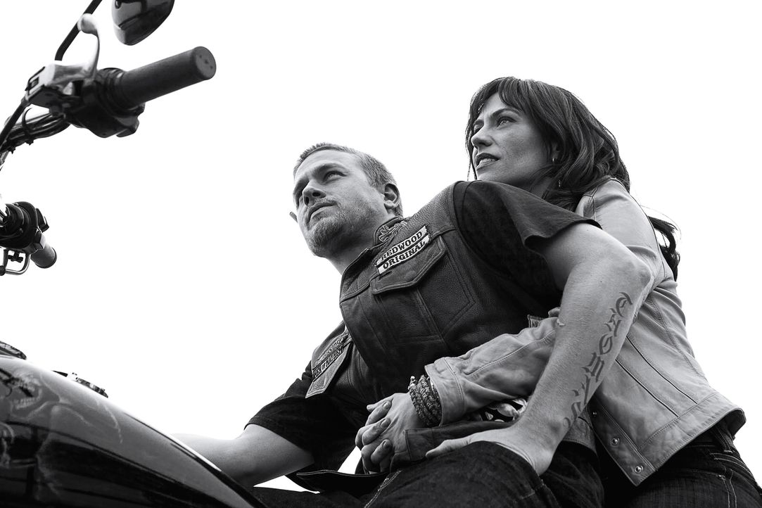 (4. Staffel) - Für Tara (Maggie Siff, r.) trifft Jax (Charlie Hunnam, l.) eine Entscheidung, die alle im Club erschrecken wird ... - Bildquelle: 2011 Twentieth Century Fox Film Corporation and Bluebush Productions, LLC. All rights reserved.